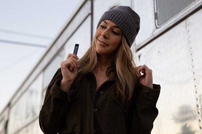 Utilisatrice d'une cigarette électronique à cartouche